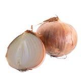 Oignon frais coupé en tranches et oignon mûr sur le fond blanc Photographie stock
