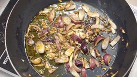 Oignon frit en huile dans une poêle clip Sauté végétarien Consommation saine Vue supérieure Légumes de sauté de vue supérieure de banque de vidéos