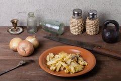 Oignon, pomme de terre, knive rôtis, sel, poivre et d'autres choses sur t Photo libre de droits