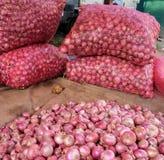 Oignon rouge à vendre au marché rural Photos stock