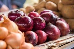 Oignon rouge au marché Photo stock