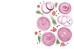Oignon rouge coupé en tranches avec le romarin et les grains de poivre d'isolement sur le fond blanc avec l'espace de copie pour  Photo libre de droits