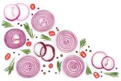 Oignon rouge coupé en tranches avec le romarin et les grains de poivre d'isolement sur le fond blanc avec l'espace de copie pour  Photo stock