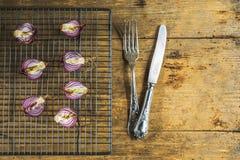 Oignon rouge rôti sur le gril Photographie stock libre de droits