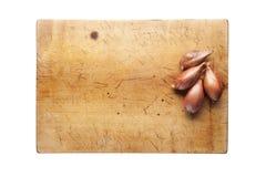 Oignon sur une planche à découper Images stock