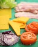Oignon, tomate, fromage, jambon, salade Photo libre de droits