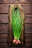 Oignon vert ou oignon blanc sur le panneau en bois, ciboulette fraîche de ressort Photos libres de droits