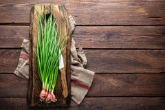 Oignon vert ou oignon blanc sur le panneau en bois, ciboulette fraîche de ressort Images libres de droits