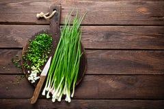 Oignon vert ou oignon blanc sur le panneau en bois, ciboulette fraîche de ressort Photo stock