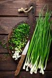 Oignon vert ou oignon blanc sur le panneau en bois, ciboulette fraîche de ressort Photographie stock
