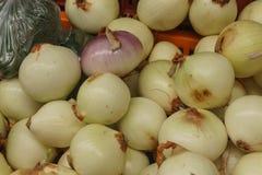 Oignons blancs dans un panier photographie stock