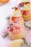 Oignons bourrés avec du riz rose Image libre de droits