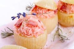 Oignons bourrés avec du riz rose Photo libre de droits