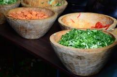 Oignons coupés en tranches et coupés de ressort, oignons de salade, oignons verts ou oignons blancs dans une cuvette en bois Images libres de droits