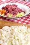 Oignons coupés sur le panneau en bois de cuisine Oignons frais coupés en tranches Photos stock