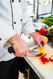 Oignons et légume de coupe de chef à se préparer à la cuisson Images stock