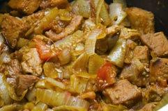 Oignons et tomates de viande dans un pot Image libre de droits