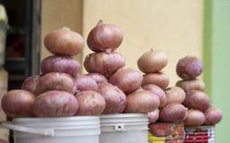 Oignons frais de marché du Ghana à vendre photos stock