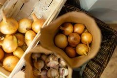Oignons frais naturels emballés dans des sacs en papier photo stock