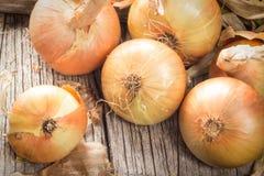 Oignons frais sur la table en bois Image stock