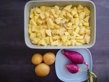 Oignons italiens de plat bleu, de pommes de terre à éplucher et de maquette découpée en tranches de pommes de terre Images stock