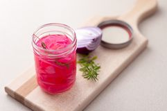 Oignons marinés dans un pot en verre Images stock
