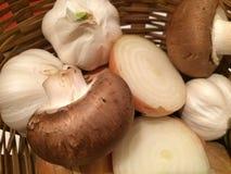 Oignons rouges, ail et champignons photographie stock libre de droits