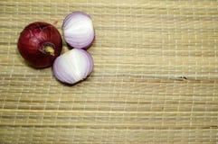 Oignons rouges avec des tranches Images stock