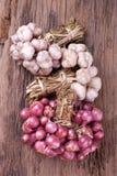 Oignons rouges avec l'ail entier sur le fond en bois photo libre de droits