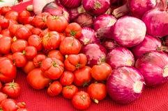 Oignons rouges et tomates au marché photo libre de droits