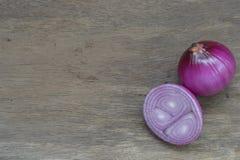 Oignons rouges sur la table en bois Photographie stock