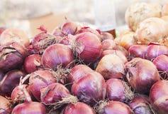 Oignons rouges vendus sur le marché image libre de droits