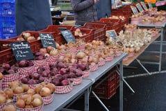 Oignons sur le vieux marché Photo stock