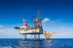 Free Oil And Gas Drilling Rig Work Over Remote Wellhead Platform To Completion Oil And Gas Produce Well Royalty Free Stock Photography - 71177607