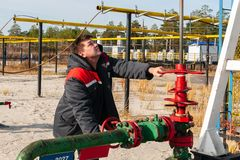 Free Oil, Gas Industry. A Man Near The Oil Pump. The Man Controls The Process Of The Oil Pump Close-up Royalty Free Stock Images - 160536089