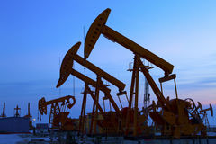 Oil pump against setting sun Royalty Free Stock Photos