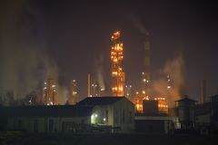Oil refinery. Distillation tower at night Stock Photography