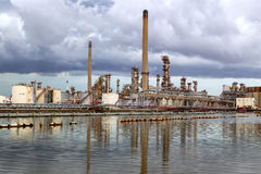 Oil refinery plant against Royalty Free Stock Photos