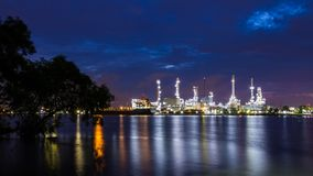 Oil refinery plant while twilight Royalty Free Stock Images