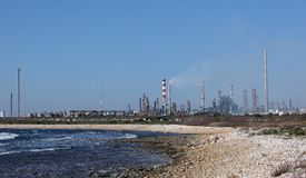 Oil refinery plant by the sea Royalty Free Stock Photos