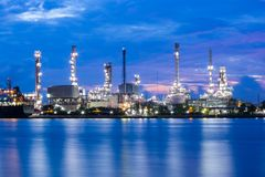 Oil refinery plant while twilight Royalty Free Stock Photography