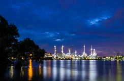 Oil refinery plant while twilight Stock Photography