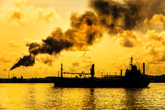 Oil refinery polluting the atmosphere Royalty Free Stock Photography