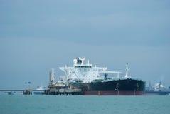 Oil-tanker em um terminal a pouca distância do mar Imagem de Stock Royalty Free