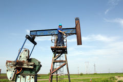 Oil worker and pump jack Royalty Free Stock Photos