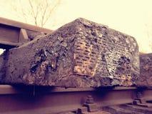 Oiled使用了在重建以后被存放的橡木铁路睡眠者 可怕的气味提取的木领带 库存照片