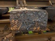 Oiled使用了在重建以后被存放的橡木铁路睡眠者 可怕的气味提取的木领带 免版税图库摄影