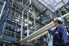 Oilrefinery ed assistente tecnico Fotografie Stock Libere da Diritti