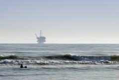 Oilrig a pouca distância do mar Imagens de Stock Royalty Free