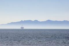 Oilrig a pouca distância do mar Fotografia de Stock